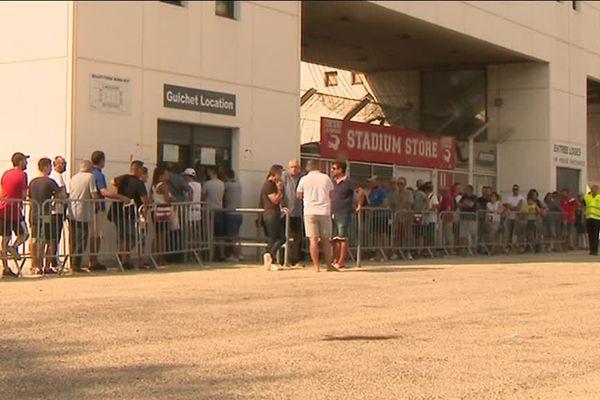 Pas moins de 10 000 supporters du Nîmes Olympique se sont déjà abonnés pour assister aux 19 matchs disputés par le club à domicile. Soit déjà les deux tiers de la capacité totale de l'enceinte gardoise.