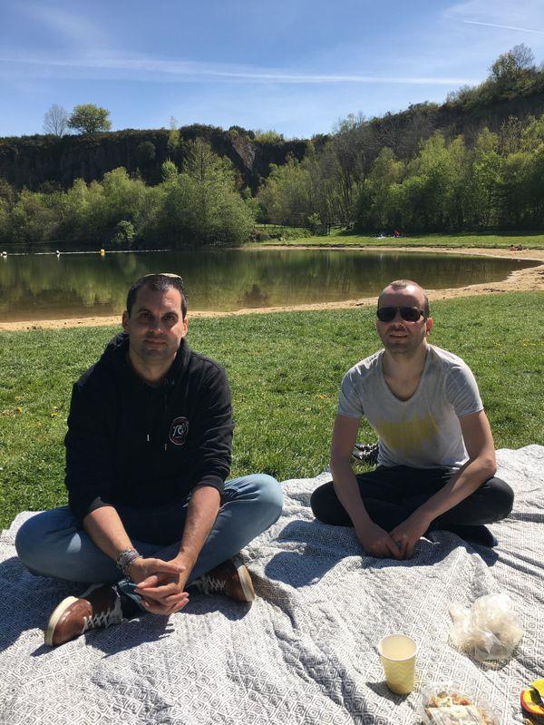 Gildas et Steven deux jeunes nantais profitent de la proximité du site naturel de la Roche Ballue à Bouguenais