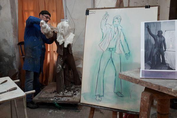La statue de Johnny Hallyday, réalisée dans l'atelier de Georges Daniel, atteindra les 2,70 mètres et sera exposée à l'entrée de Viviers (Ardèche).