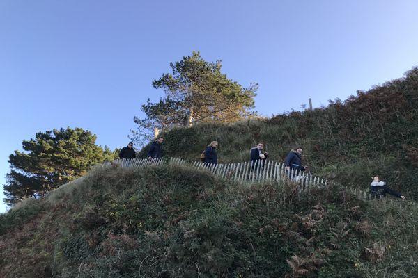 Le sentier des douaniers très fréquenté ce dimanche 29 novembre sur la presqu'île de Saint-Jacut de la mer