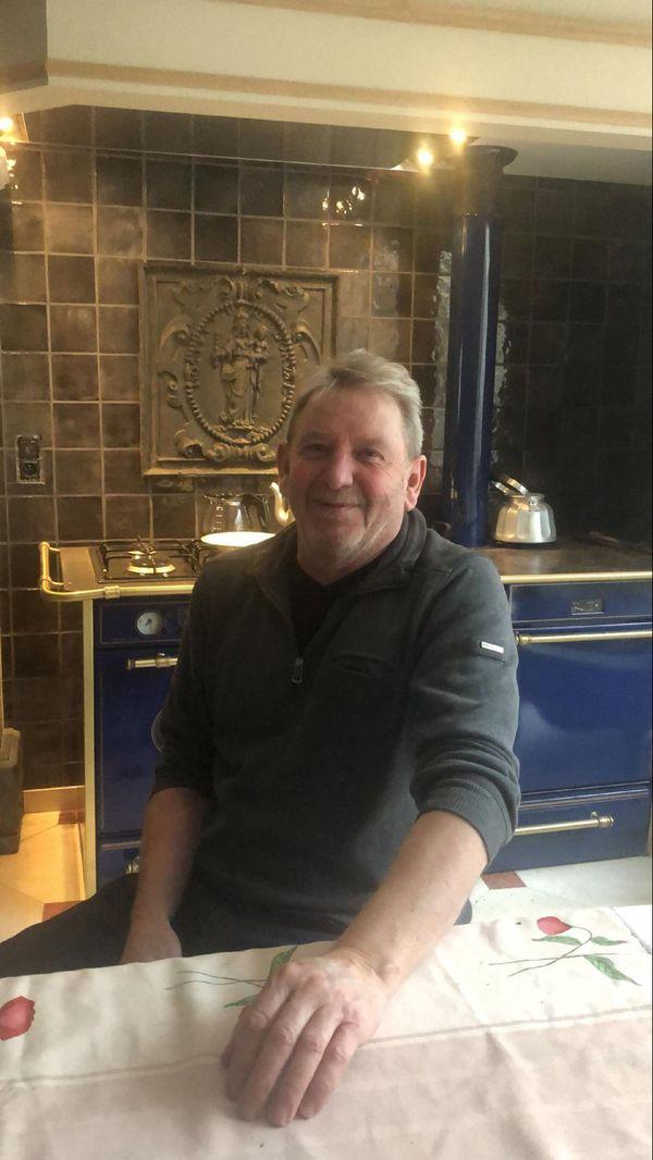 Gérard Filipucci, Président de l'ACAF (Association des Commerçants et Artisans de Florenville), attablé dans sa n=brasserie Albert 1er, fermée depuis le second confinement à la mi-octobre.