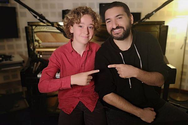 Ibrahim Maalouf à la trompette et Léo, un jeune pianiste de 13 ans, élève de l'école de musique d'Étampes dans l'Essonne.