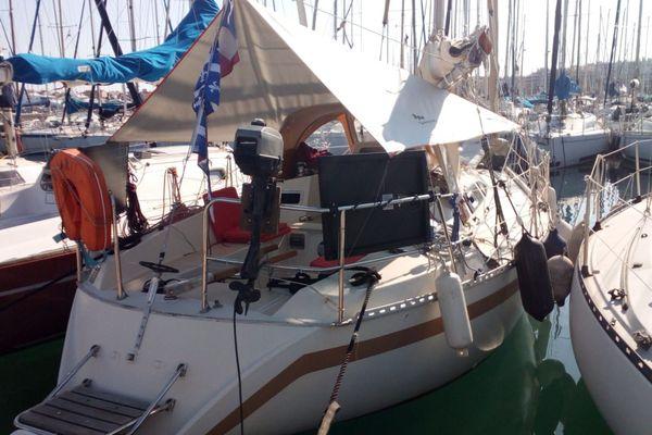 Takarii, voilier de 9 mètres de long sur lequel vit Norbert au port Vauban d'Antibes
