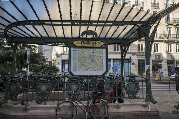 Une entrée de la station de métro Châtelet, à Paris.