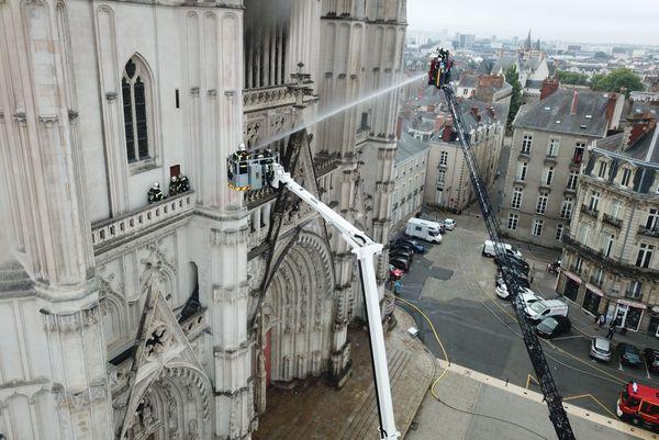 Les pompiers en intervention lors de l'incendie de la cathédrale, le 18 juillet 2020