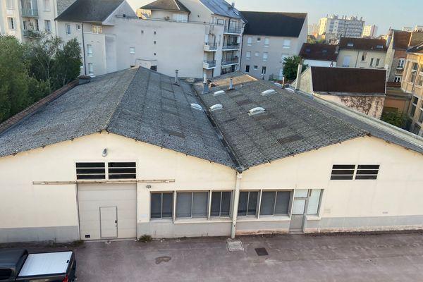 La soirée clandestine s'est déroulée dans ces hangars situés au 45 rue des Moissons à Reims.