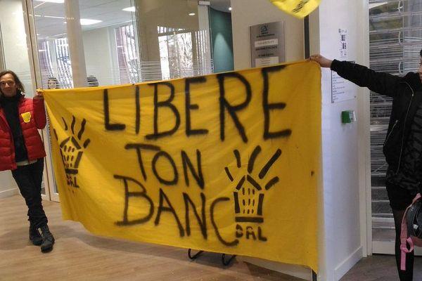 Les militants du DAL ont déployé leur banderole, dans l'agence bancaire du Crédit Agricole.