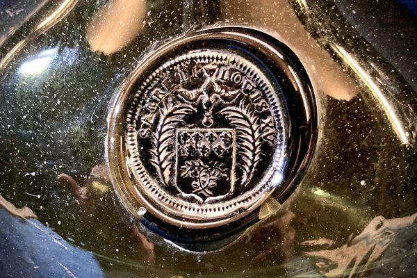 Une bouteille de champagne du sacre de Louis XV exposée dans la salle des Festins au Palais du Tau