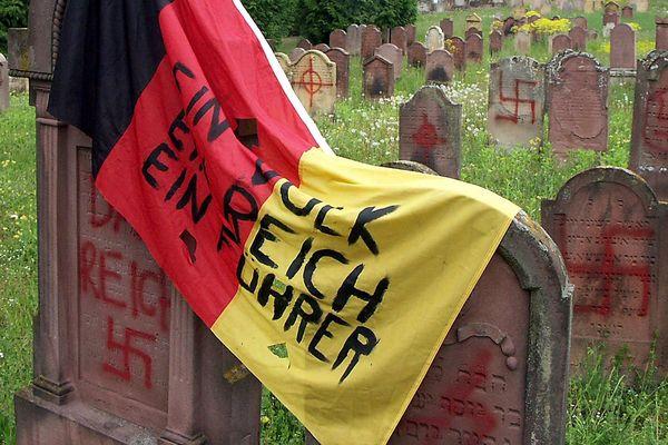 Un drapeau aux couleurs de l'Allemagne avait été déposé sur des tombes, le 30 avril 2004 dans le cimetière juif d'Herrlisheim, où 127 tombes ont été profanées avec des inscriptions pro-nazies et antisémites.