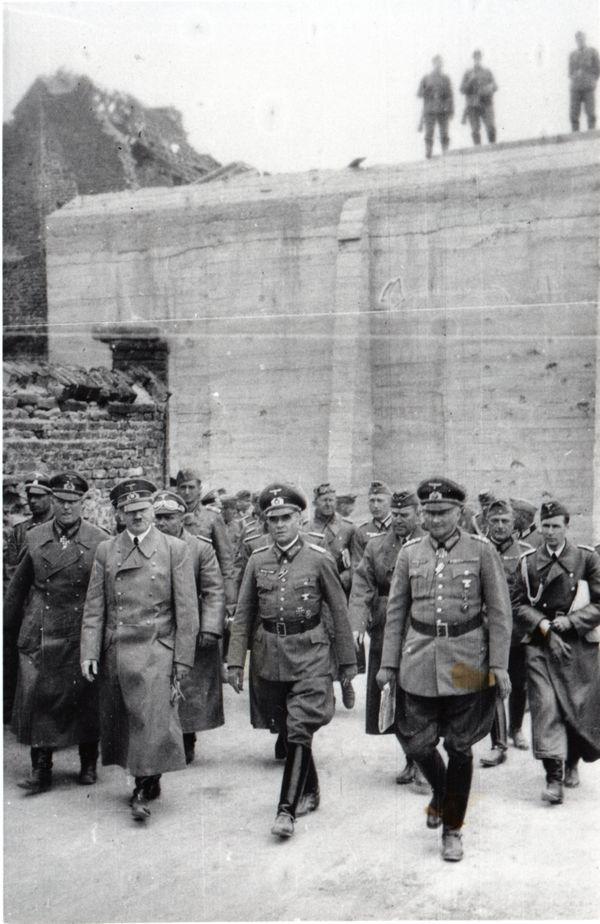 Hitler et ses officiers quittant la Tour d'Ostrevant, à Bouchain, le 2 juin 1940. Derrière eux, la courtine du bastion des Forges, renforcée par le Génie français en 1939-1940.