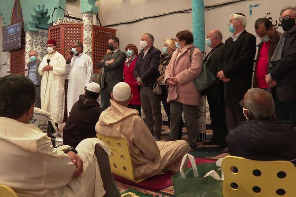 A droite de l'imam Elkouzini et de Lhoussine Tahri, les représentants des différentes communautés religieuses présentes à Montpellier.