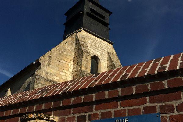 L'église d'Erquinvillers est située au bout de la rue des Tirailleurs Sénégalais.