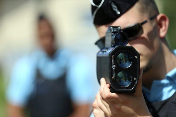 Un gendarme effectue un contrôle de vitesse avec son radar laser Ultralyte