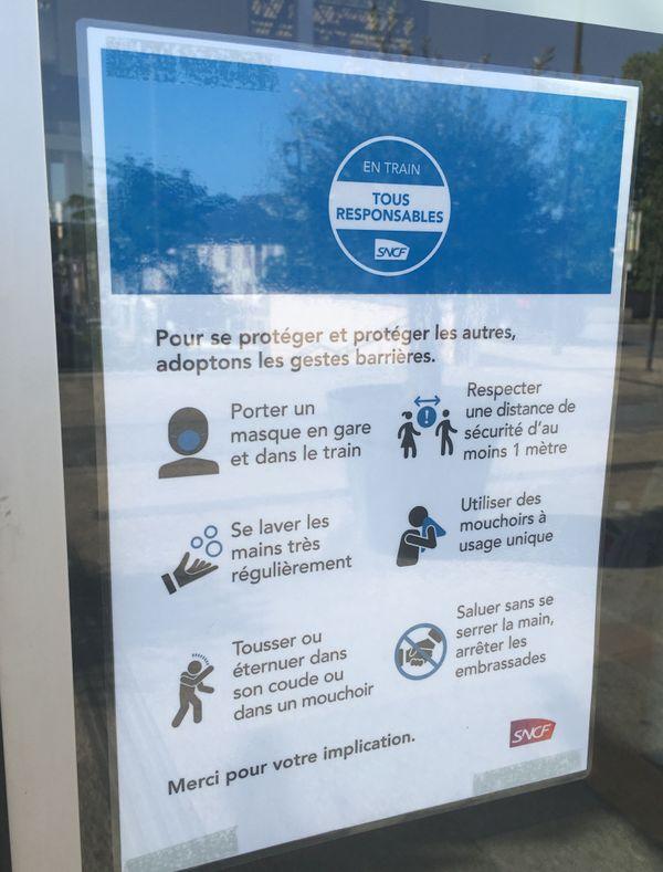 Les consignes sanitaires placardées à l'entrée de chaque gare.