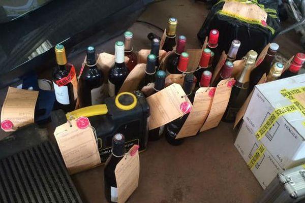 Au cours de l'opération, les gendarmes ont retrouvé des centaines d'objets, dont des bouteilles de vin.