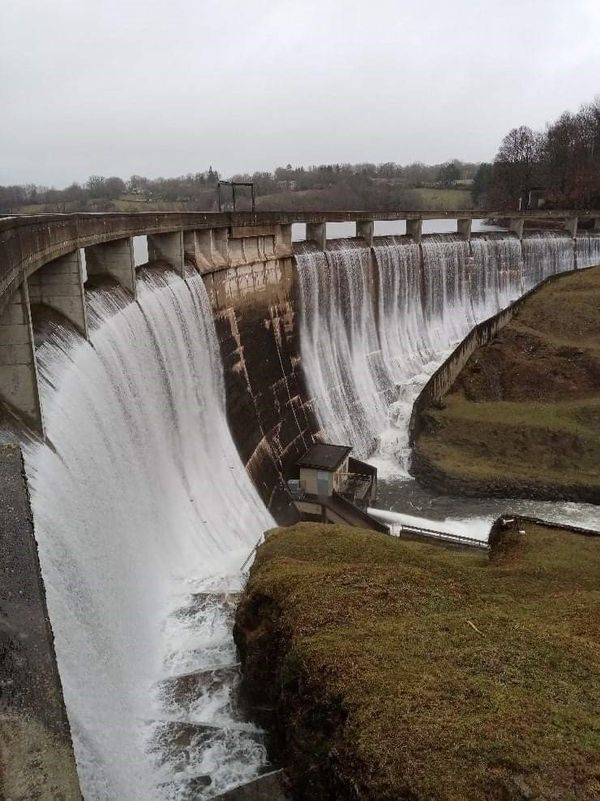Le barrage du Lac de Pont de Salars, Pont-de-Salars (12) est en train de déborder.