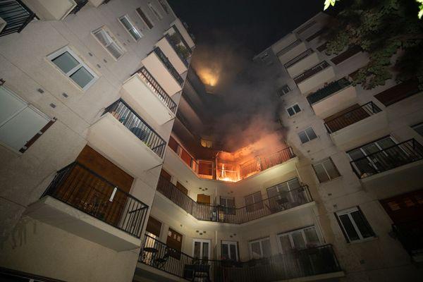 Un violent incendie s'est déclaré vendredi soir dans le 17e arrondissement de Paris.