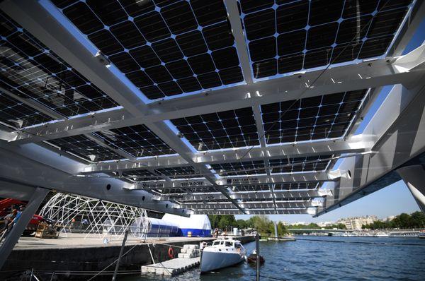 Outre 130 m2 de panneaux photovoltaïques, le bateau intègre deux éoliennes à axe vertical, une aile de traction ainsi qu'une pile à combustible.