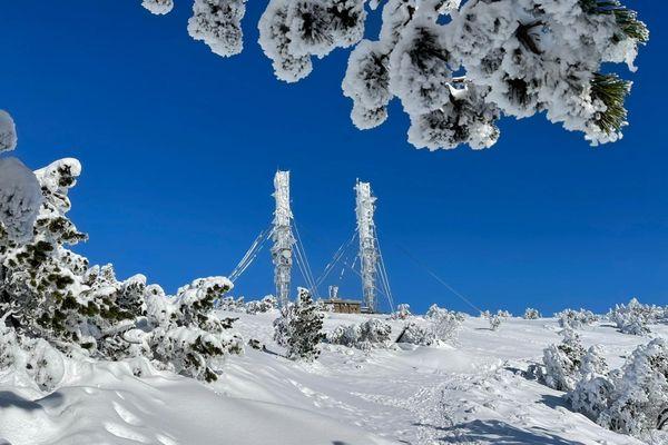 Les pylônes de l'observatoire météo du Mont Aigoual gelés et enneigés le 5 janvier 2021