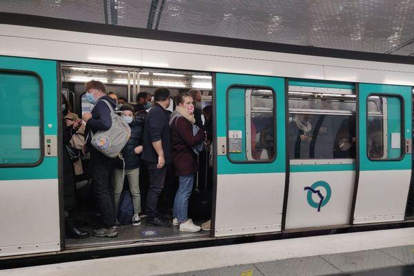 Une rame de métro sur la ligne 13, ce mercredi 7 octobre, au niveau de Porte de Saint-Ouen.