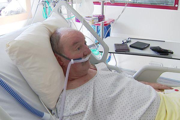 Pour éviter l'intubation, Bernard reçoit cinquante litres d'oxygène par minute via ses lunettes nasales.