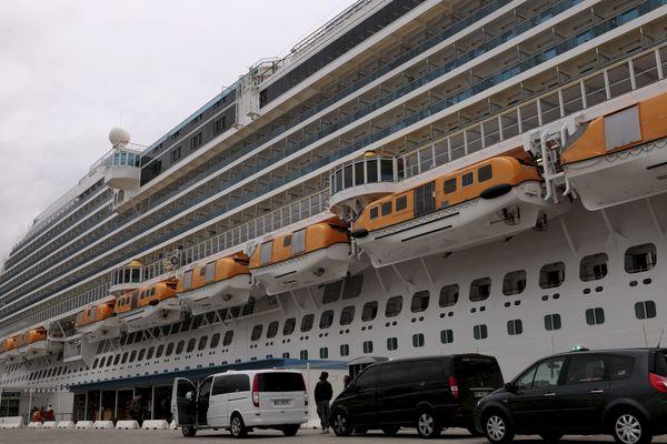 Les passagers subissent un contrôle de santé avant l'embarquement. (Illustration)