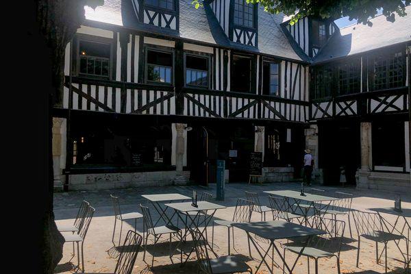 C'est au cœur de l'aître Saint-Maclou que se cache le Café Hamlet, nouveau projet de Gilles Tournadre et Philippe Coudy.