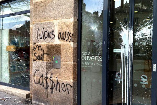 Une façade vitrée dégradée à Nantes, le 31 mars 2016.