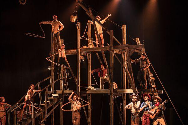 """""""Saloon"""", un spectacle de Cirque Eloize"""