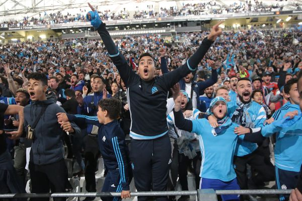 Des supporteurs en liesse en tribune Ganay au stade Orange Vélodrome à Marseille pour la demi-finale de la Ligue Europa opposant Salzbourg à l'Olympique de Marseille à Salzbourg.