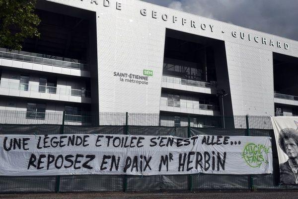 Une banderole rend hommage à R. Herbin devant Geoffroy-Guichard.