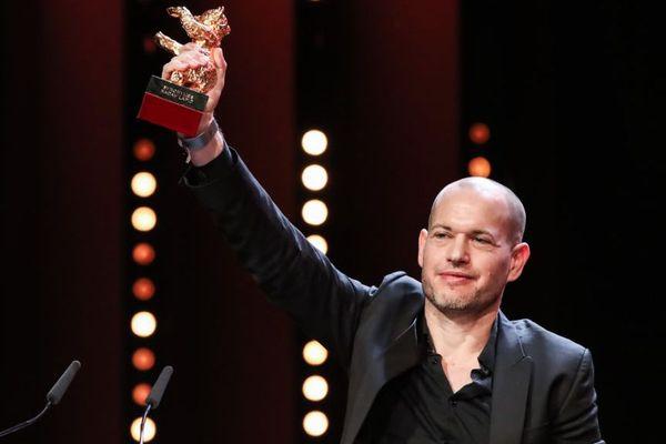 Nadav Lapid reçoit l'Ours d'Or à la Berlinale le 17 février 2019 pour son film « Synonymes ».