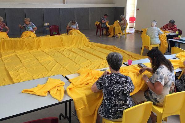 Les tricoteuses finalisent la confection du maillot jaune géant
