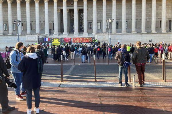 Le 21 novembre 2020, les Gilets Jaunes manifestaient jusque devant le Palais de justice des 24 colonnes de Lyon, pour fêter les deux ans de leur mouvement.