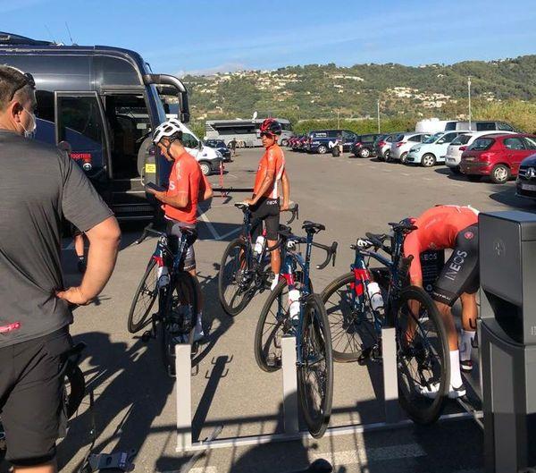Réveil musculaire pour l'équipe INEOS à Nice ce mercredi.