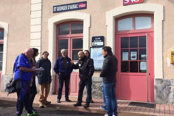 Cheminots et usagers de la SNCF se sont rassemblés pour discuter des problèmes de trafic qui surviennent même hors jours de grève sur les petites lignes de Haute-Loire.