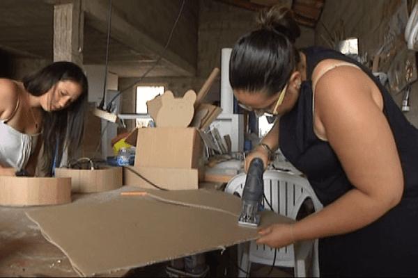 Poussy et Laury fabriquent des meubles en carton. Pia septembre 2014.