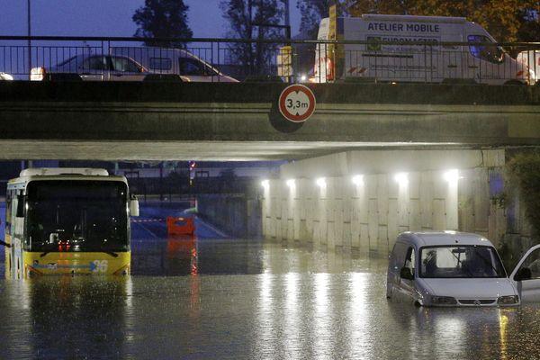 Une voiture abandonnée en plein milieu de la chaussée inondée à Nice, ce jeudi.