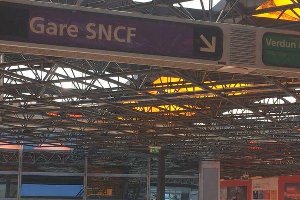 À la gare Lyon-Perrache, de nombreuses indications permettent de trouver facilement son chemin.
