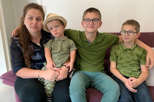 Les trois enfants de Vlora sont scolarisés et savent parler français. Le plus jeune, Edi qui est dans les bras de sa maman est atteint d'un lourd handicap.