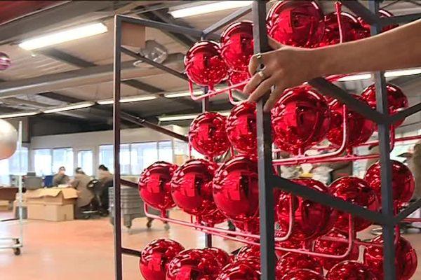 350 000 boules de Noël sortent chaque année de cette usine située dans le Tarn