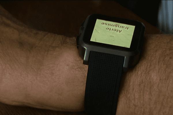 Cette montre connectée de téléassistance permet de rentrer en contact mains libres avec un central d'écoute par un simple bouton