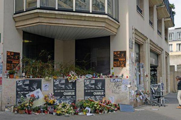 """Devant les anciens locaux de """"Charlie Hebdo"""", dans le 11e arrondissement de Paris, le 10 avril 2015."""