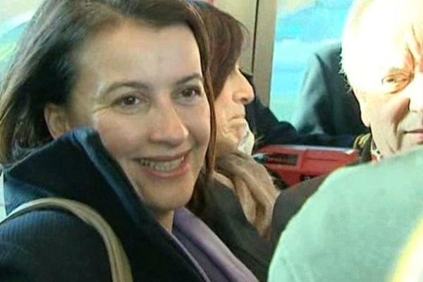 La ministre de l'égalité des territoires et du logement, Cécile Duflot, a emprunté le tramway pour se rendre à Saint Jacques où elle a visité un chantier de réhabilitation thermique.