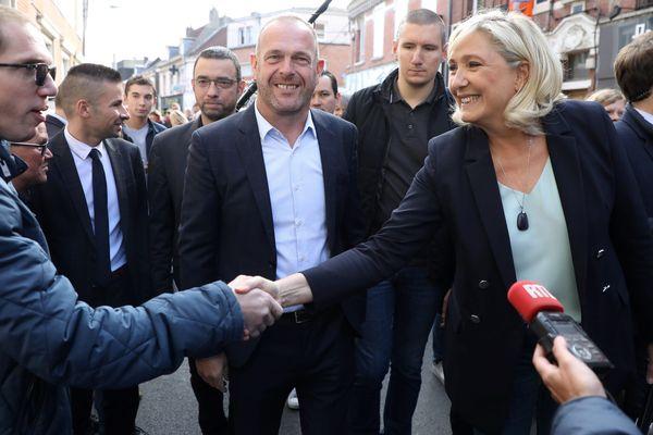 Marine Le Pen et Steeve Briois, le 8 septembre sur le marché d'Hénin-Beaumont (Pas-dse-Calais).