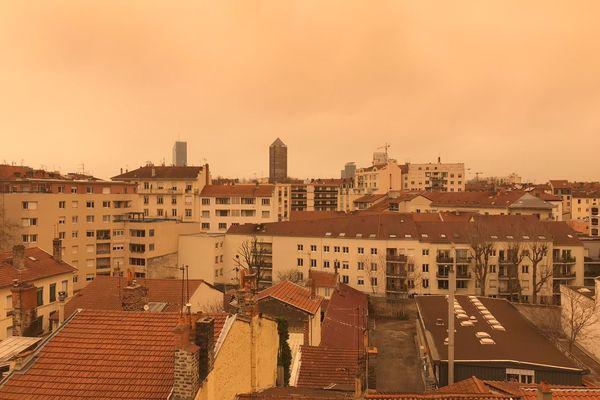 La ville de Lyon sous un épais nuage de sable venu du Sahara, ce qui nous a offert un paysage exceptionnel allant du jaune au sépia, samedi 6 février.