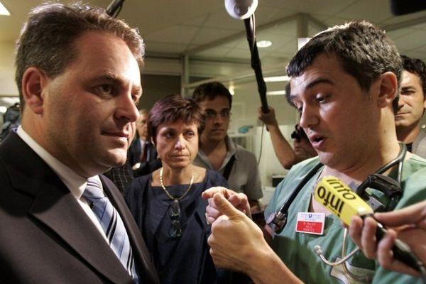 Le ministre de la Santé Xavier Bertrand discute avec le docteur Patrick Pelloux, président de l'Association des médecins urgentistes hospitaliers de France (Amuhf) et acteur majeur de la crise de la canicule...