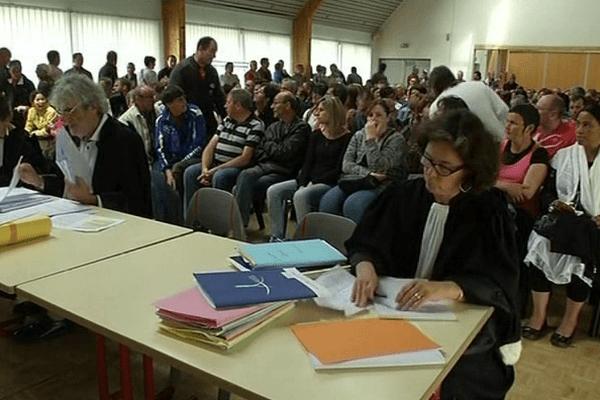 Tous les 377 ex-salariés Gad n'ont pu rentrer ce 15 juin 2015 dans la salle de Ploujean (29), réservée pour l'audience des prud'hommes