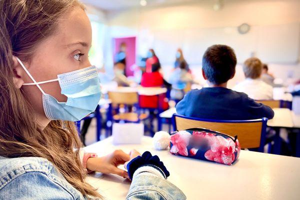 Levée de l'obligation du port du masque dans les écoles à compter du 4 octobre 2021, dans les départements dont le taux d'incidence se stabilise sous les 50 cas pour 100 000 habitants.