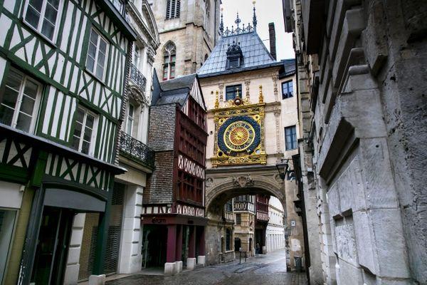 Au Moyen Age, la Chasse-Ribaud sonnait tous les soirs dans le Gros-Horloge, un monument emblématique de la ville de Rouen.
